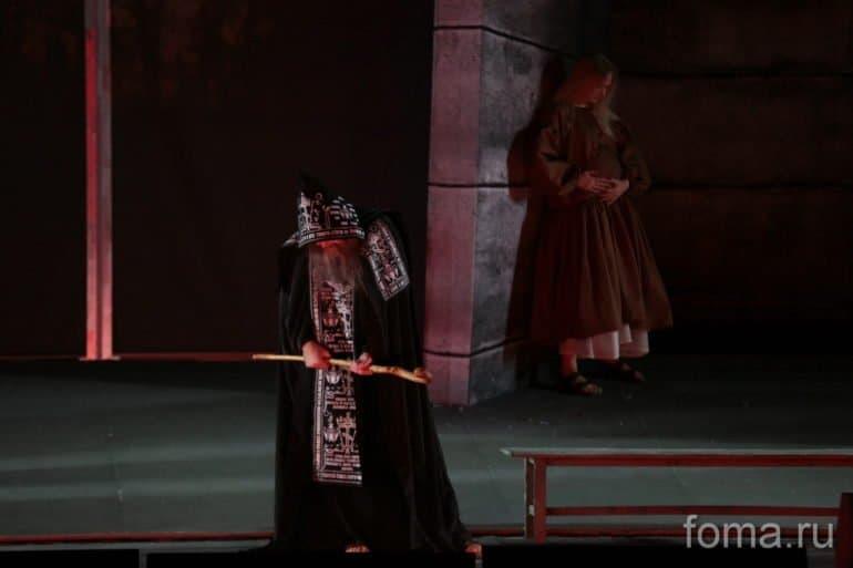 Премьера «Лавра» во МХАТе: каким получился спектакль по «юродивому» тексту Водолазкина