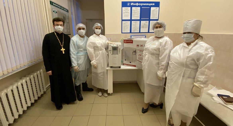 Боровичская епархия передала новгородским больницам кислородные концентраторы