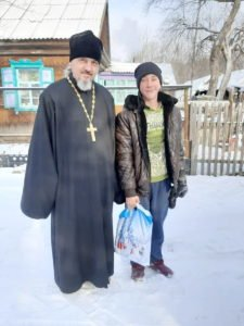 Священник Арсеньевской епархии пятый год собирает и развозит подарки к Рождеству детям из малоимущих семей