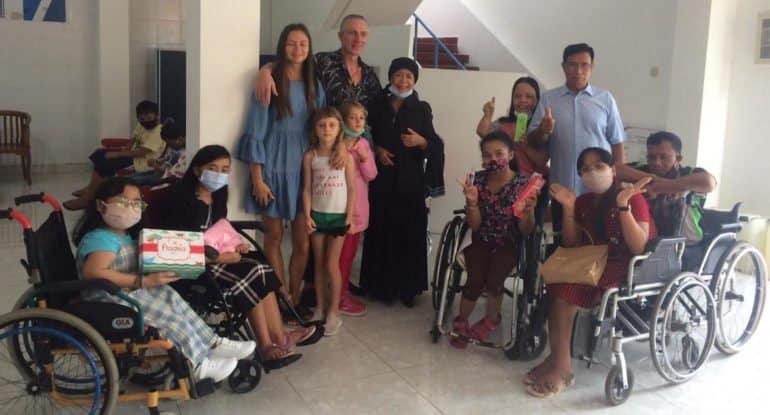 Русские верующие на Бали подарили рождественские подарки детям из приюта, а в ответ услышали пение одной из лучших певиц...