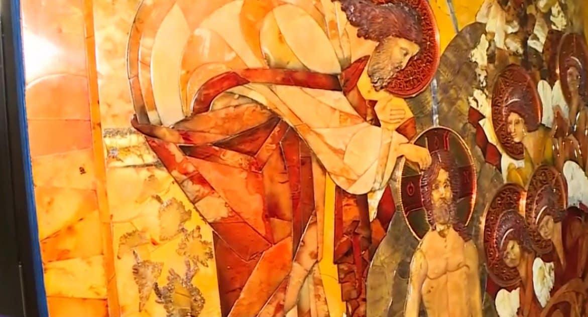 В Петербурге представили уникальную икону из янтаря «Крещение Господне»