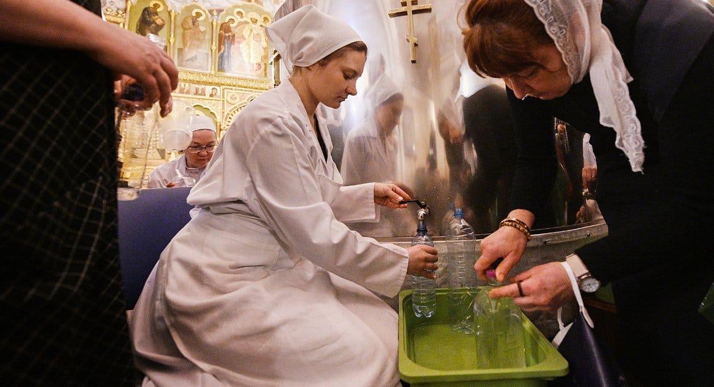 В Церкви напомнили, что освященную крещенскую воду продавать нельзя