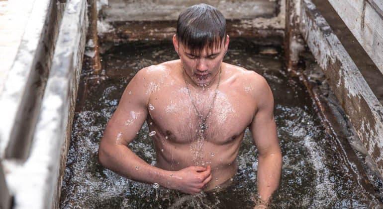 В Минздраве рассказали, когда лучше привиться от коронавируса в связи с крещенскими купаниями