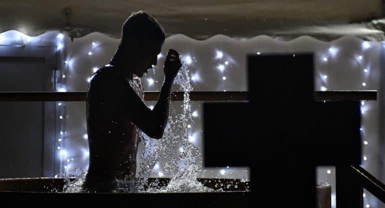 В МЧС не рекомендуют окунаться с головой во время крещенских купаний
