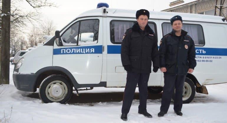 Новгородские полицейские спасли замерзавшего в снегу мальчика