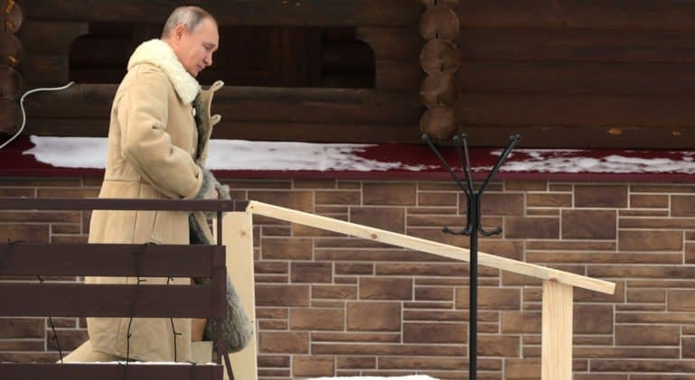 На Крещение Господне Владимир Путин окунулся в купель