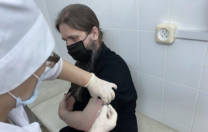Архиепископ Махачкалинский Варлаам сделал прививку от коронавируса