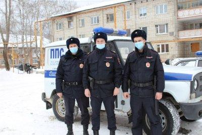 На Урале полицейские 6 километров по лесу несли на себе чуть не замерзшего пенсионера