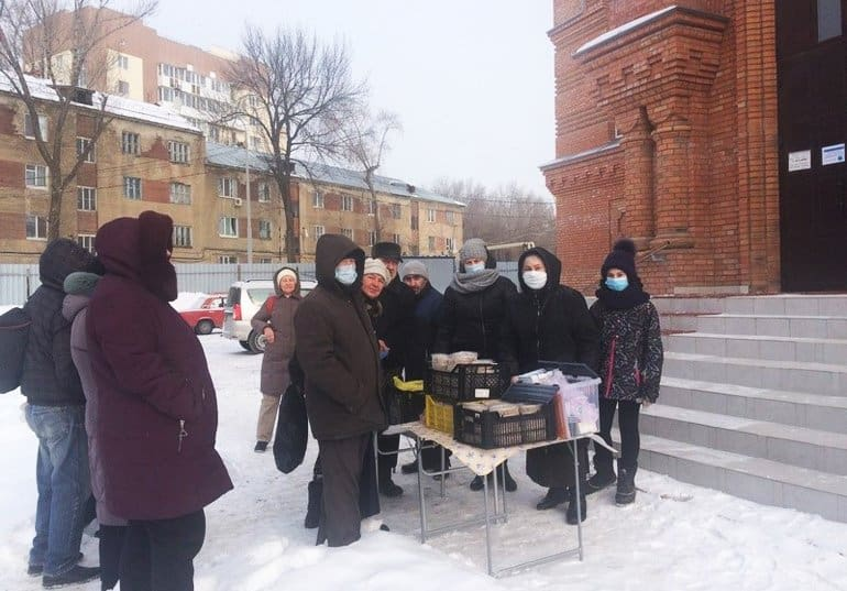 В Саратове православные волонтеры кормят бездомных и собирают продукты для нуждающихся