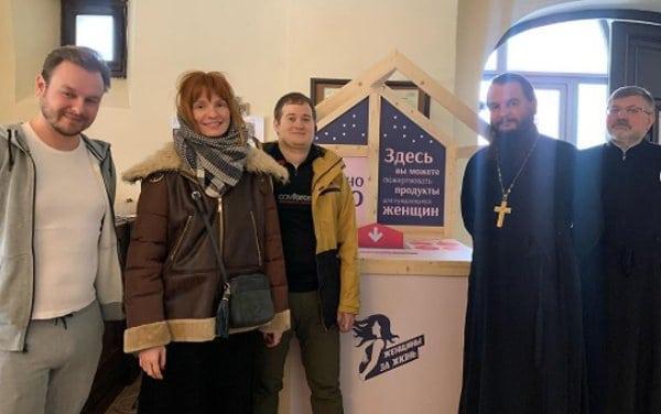 На территории храма при МГИМО установили короб для сбора продуктов нуждающимся женщинам