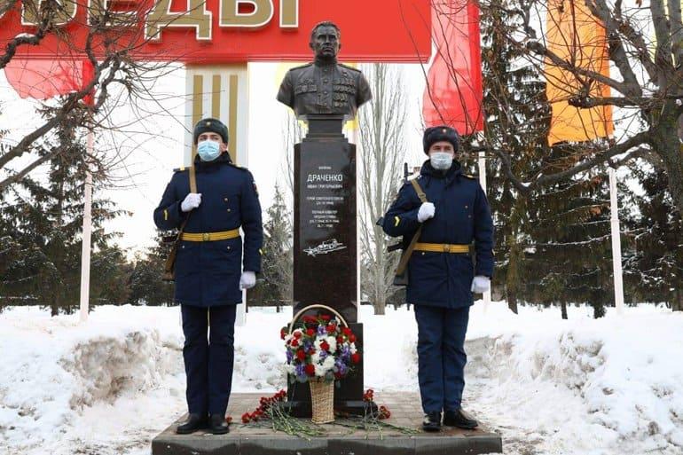 Сбежал из плена и снова в небо: в Тамбове открыли памятник летчику-асу Ивану Драченко