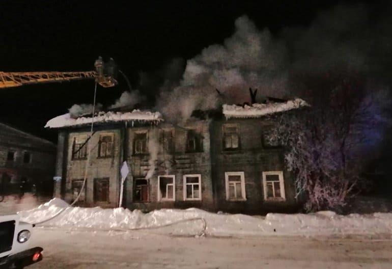 В Каргополе мужчина спас из горящего дома семерых детей
