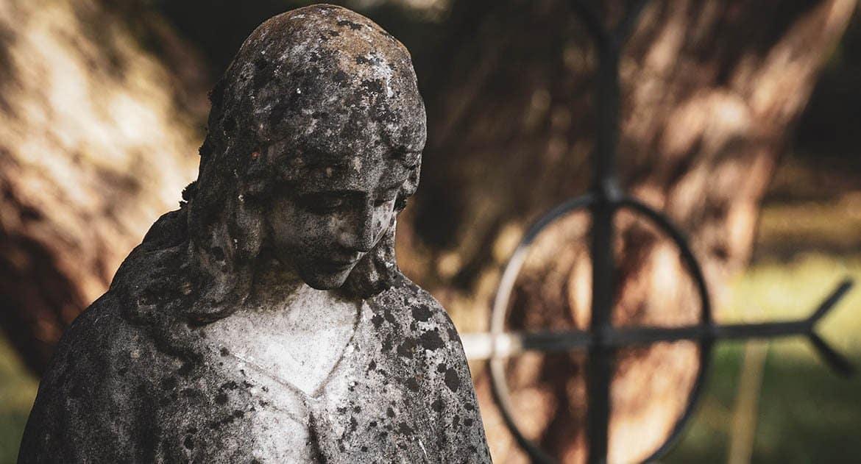 Плохо ли надеть крестик на кладбище?