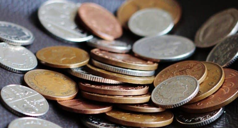 Может ли священник забирать деньги за требы лично себе?