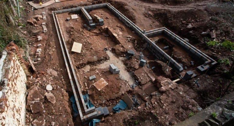 Английский пенсионер нашел у себя на участке руины епископского дворца XIII века