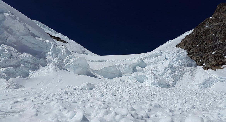 При сходе лавины на туристов в Мурманской области погибла девочка