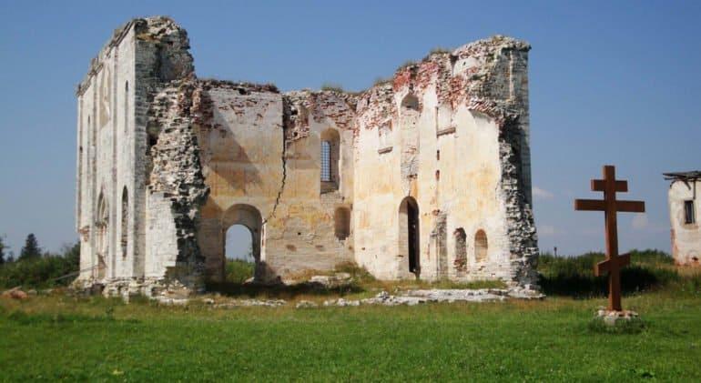 Уникальный храм XV века поднимают из руин в Тверской области