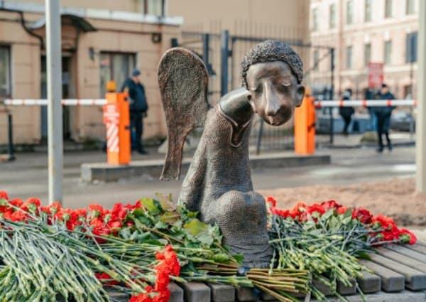 В Петербурге открыли памятник погибшим в пандемию медикам