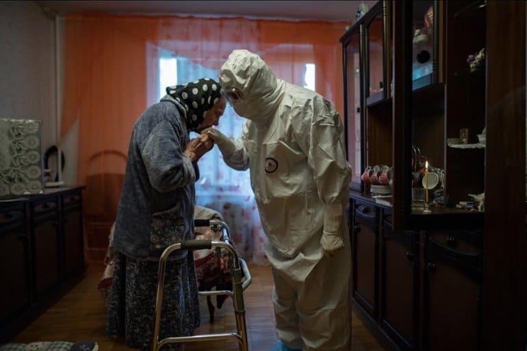 Российский фотограф победил в международном конкурсе с фото о причастии в пандемию