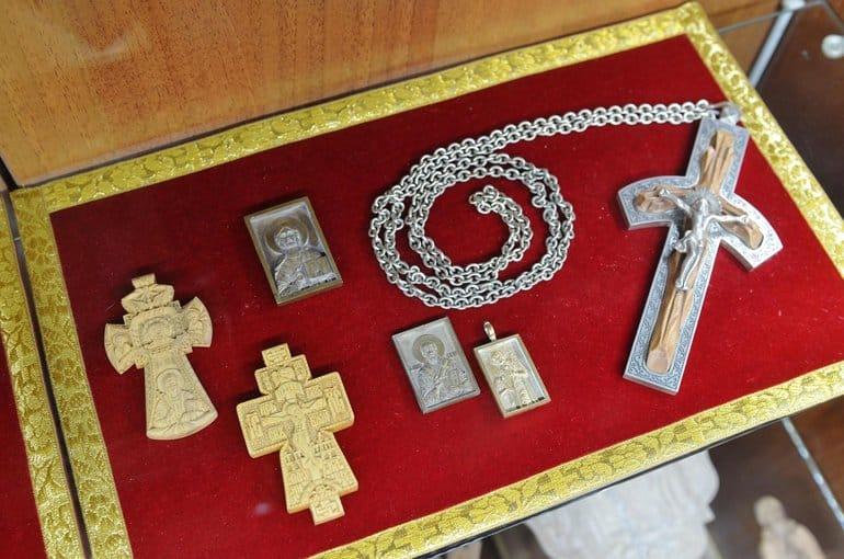 В Новосибирске показывают резные иконы священника, умершего из-за ковида