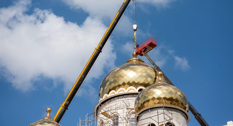 Строящийся храм святых Мефодия и Кирилла в Ростокине украсили кресты
