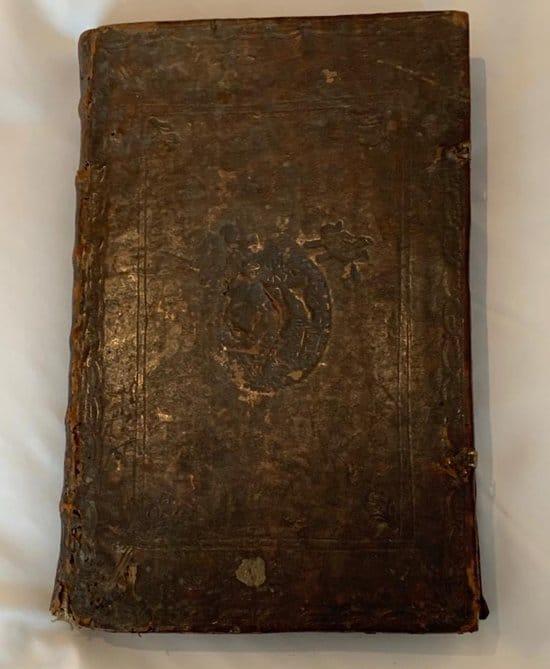Священнослужитель подарил Беларуси завещанную ему редкую книгу XVII века