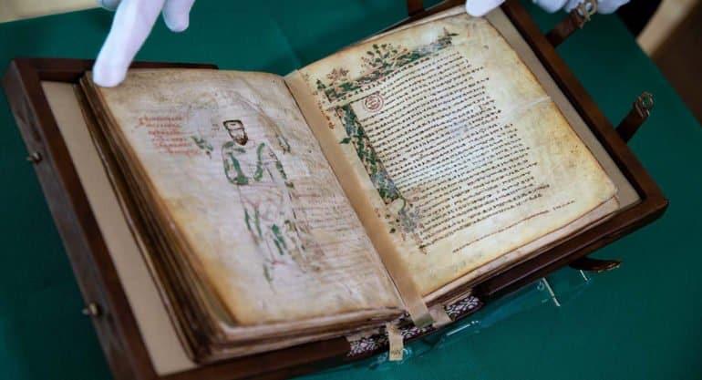 Уникальное отреставрированное Мариинское Евангелие представили в Москве