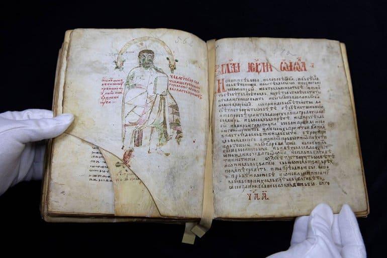 В Москве покажут отреставрированное уникальное Мариинское Евангелие