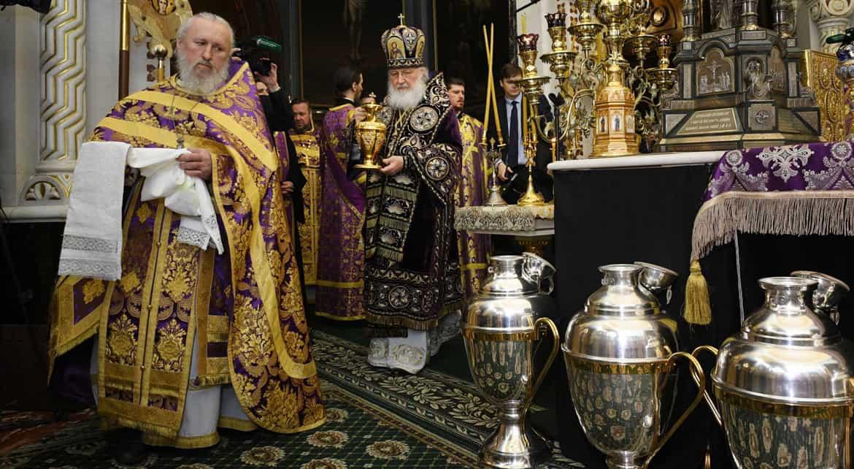 Патриарх Кирилл освятил миро в храме Христа Спасителя