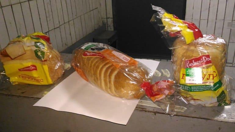 Тайный благотворитель в Химках регулярно оставляет в подъезде хлеб нуждающимся
