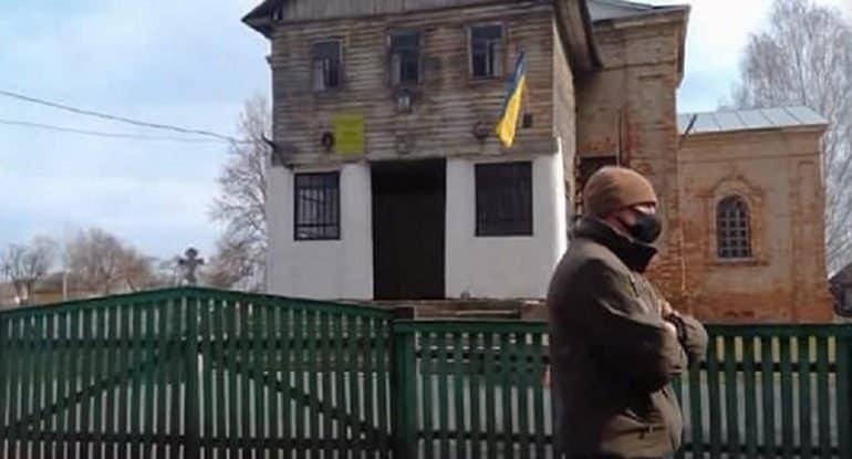 На Черниговщине радикалы во главе с «клириком» ПЦУ захватили храм канонической Церкви