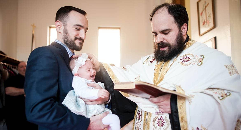 Ребенок боится в храме. Как крестить?