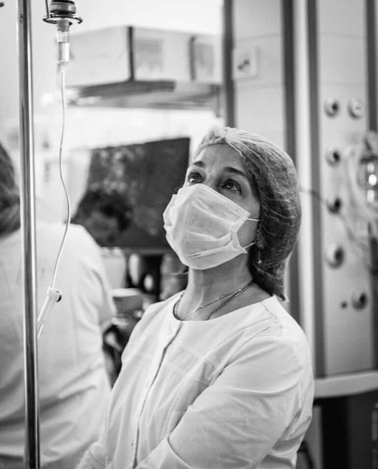 «Однажды мне разрешили на работе поснимать...» — 5 любимых фотографий мамы и операционной медсестры