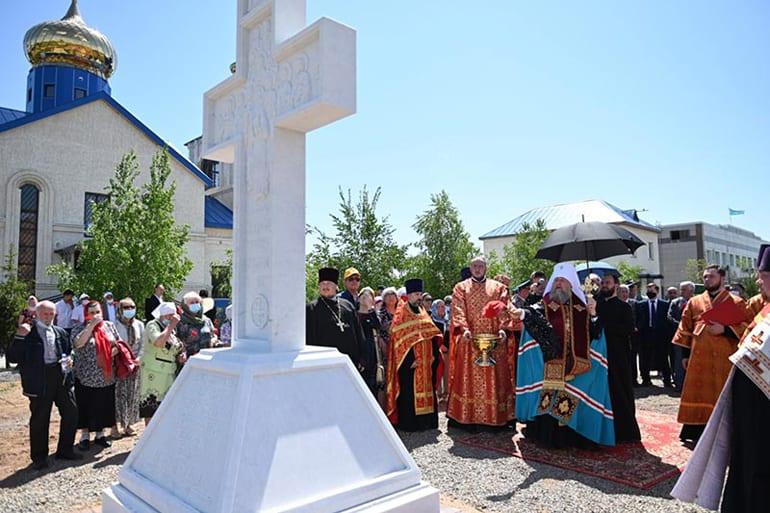 В память о новомученицах лагеря АЛЖИР освятили поклонный крест