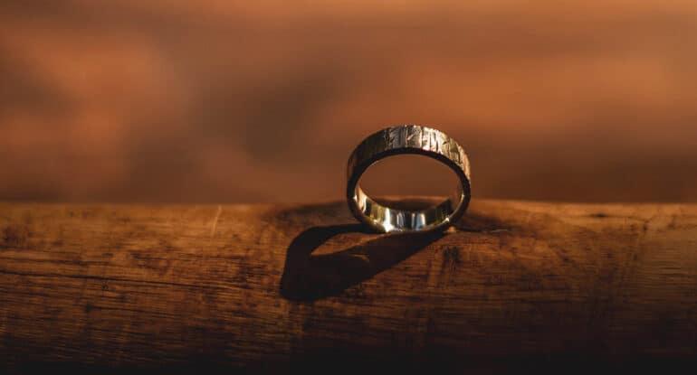 Муж-мусульманин потерял кольцо на похоронах брата. К чему?