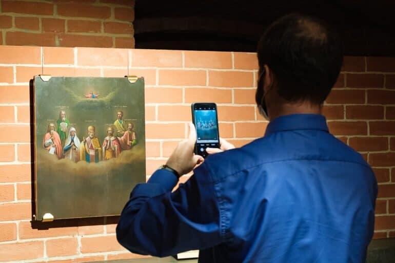 На выставке в Петербурге показывают работы русского иконописца без рук