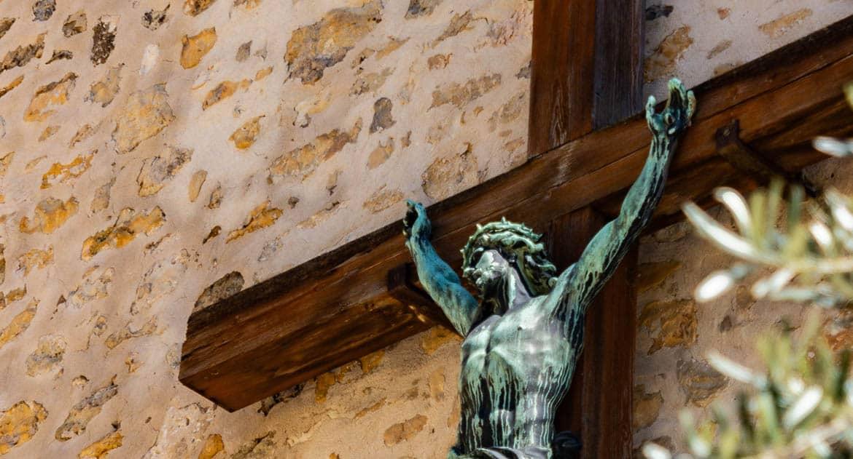 Разве не запрещено поклоняться иконам и носить крест?