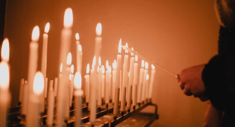 Можно ли на Пасху ставить свечи на канун?