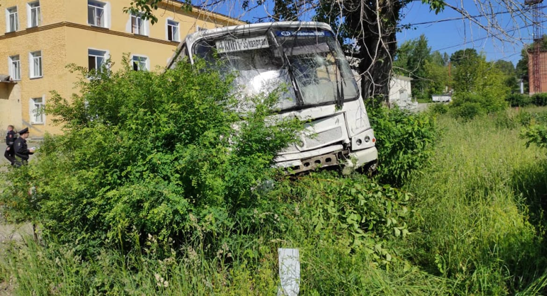 На Урале в результате наезда автобуса на остановку погибли шесть человек