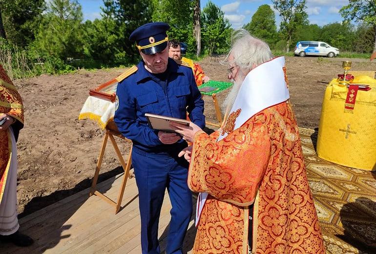 На месте захоронения солдат и мирных жителей под Новгородом установили поклонный крест