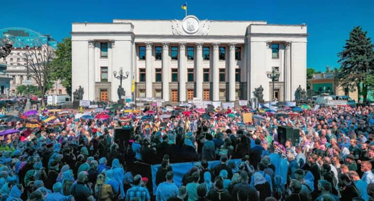 Более 20 тысяч человек вышли к Раде в защиту Украинской Православной Церкви