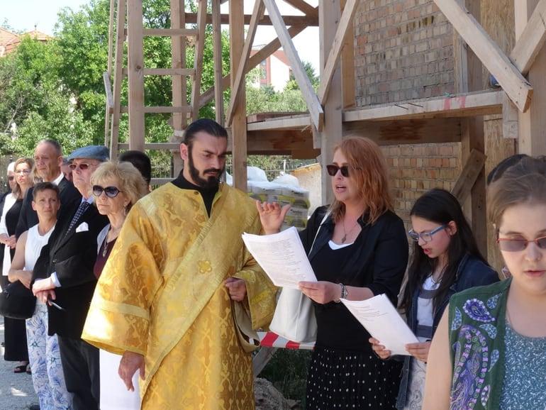 Добрались до креста: в венгерском Хевизе достраивают храм, объединивший город
