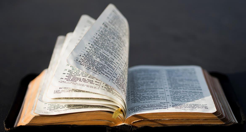 Обязательно ли читать Евангелие стоя? Я после инсульта