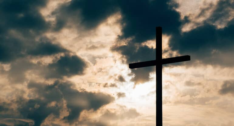 Какие знамения сопровождали смерть и Воскресение Христа и в чем их символизм?
