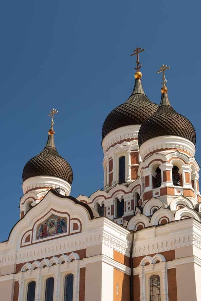 Полумесяц в нижней части крестов православных церквей. Что это — знак уважения к исламу или демонстрация превосходства христианства?