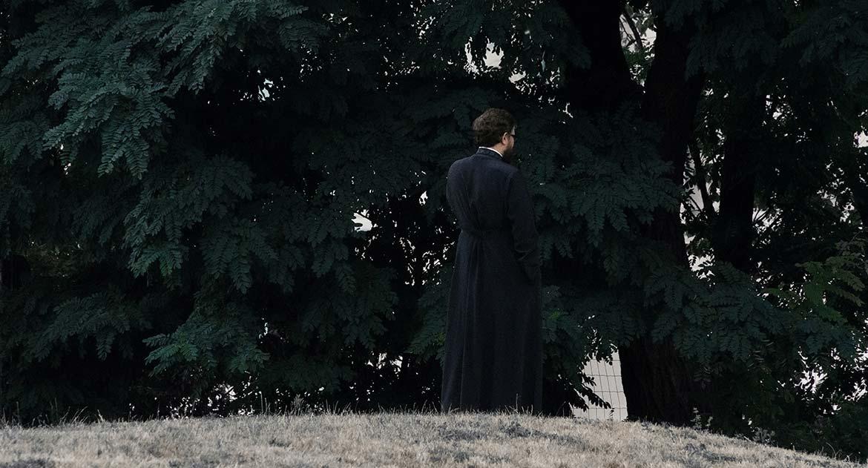 Молодой священник опаздывает на службы, его ребенок кричит. Как молиться?