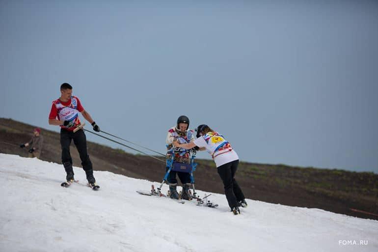 «Что значит растить ребенка с тяжелой болезнью, я знаю по себе» — история спортсмена, который учит даже неходящих детей кататься на горных лыжах