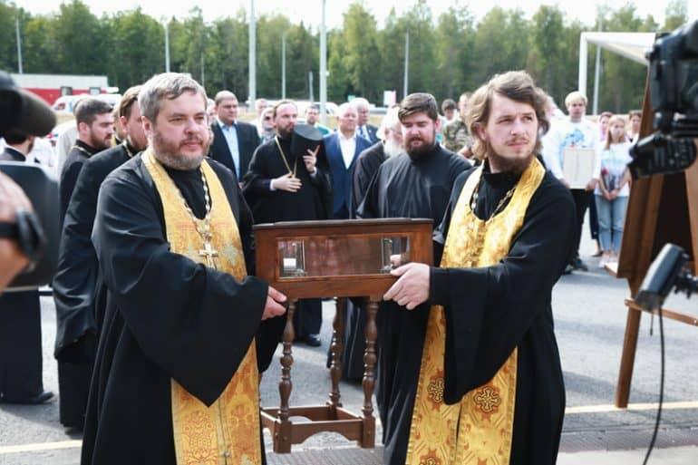 Мощи святого князя Александра Невского пронесли по трассе М-11 «Нева»