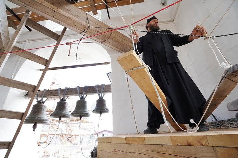Уникальную колокольную звонницу установили в Соловецком монастыре
