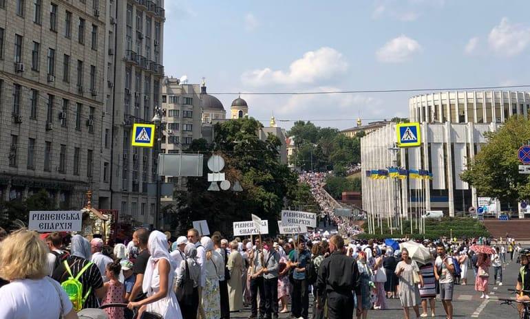 350 тысяч верующих прошли в Киеве крестным ходом в честь дня Крещения Руси
